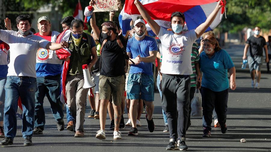 Manifestantes protestam contra o presidente do Paraguai, Mario Abdo Benitez, por sua condução do combate à pandemia de covid-19 - Cesar Olmedo/Reuters