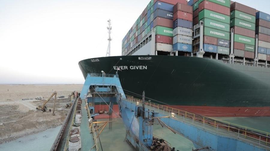 Notícia da liberação parcial da embarcação ampliou otimismo de que operações sejam retomadas em breve no canal e levou a queda do preço do petróleo bruto - EPA