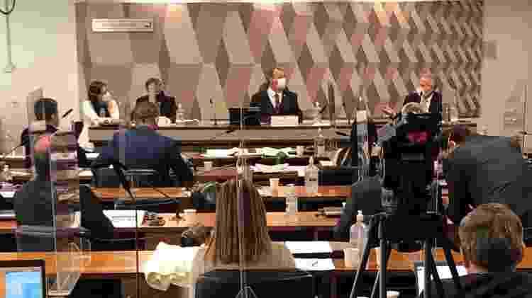 Foto feita antes de me expulsarem da sala da CPI: Roberto Ferreira Dias (ladeado pela advogada Maria Jamile), Omar Aziz e Renan Calheiros - Paulo Sampaio/UOL - Paulo Sampaio/UOL