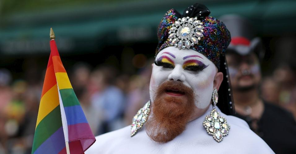 28.jun.2015 - Homem se maqueia e usa adereços durante a Parada do Orgulho Gay, em Manhattan, na cidade de Nova York (EUA), neste domingo (28). Uma decisão da Suprema Corte dos Estados Unidos legalizou na sexta-feira (26) o casamento entre pessoas do mesmo sexo, ao derrubar vetos estaduais à união homossexual