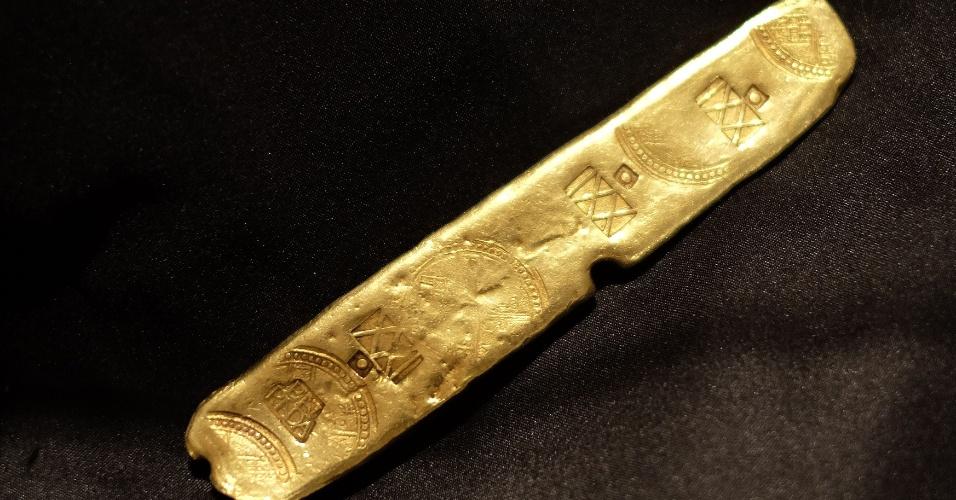 6.jul.2015 - Essa barra de outro faz parte do tesouro encontrado entre os destroços do navio espanhol Nuestra Señora de Atocha, que naufragou na costa da Flórida (EUA) em 1622, após ser abatido por um furacão. O objeto, além de um cálice de ouro e um crucifixo cravejado com esmeraldas, irá a leilão na Guernsey's, em Nova York (EUA), na próxima semana. As peças foram encontradas por um caçador de tesouros norte-americano. A embarcação estava carregada com as riquezas do Novo Mundo e afundou quando fazia seu caminho de volta à Espanha