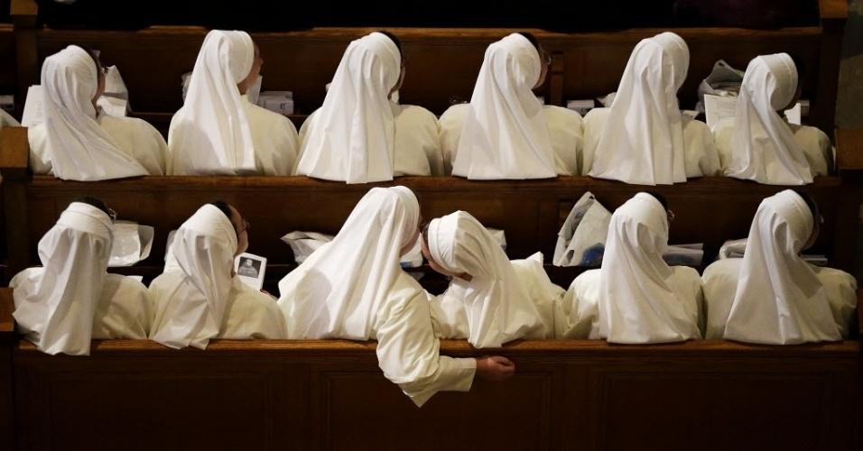23.set.2015 - Freiras cochicham enquanto esperam o papa Francico chegar à basílica do Santuário Nacional da Imaculada Conceição, em Washington