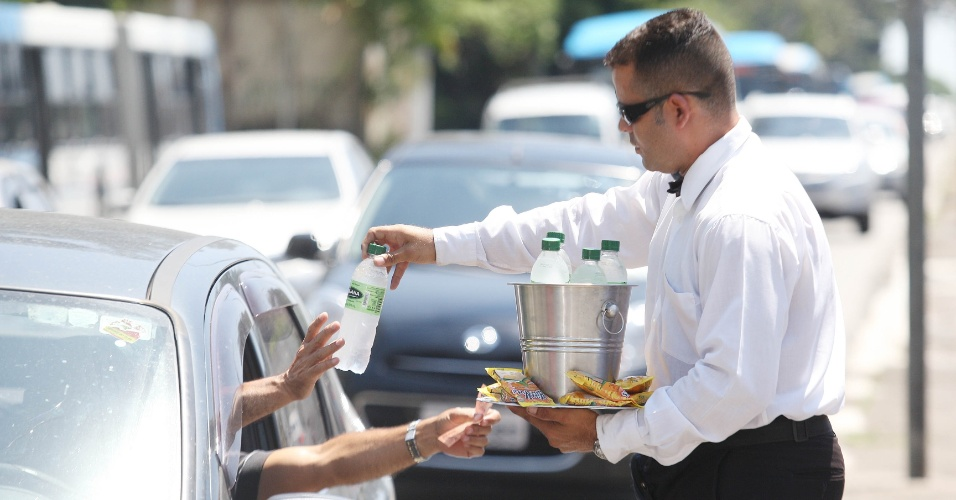 15.out.2015 - Ele vende as garrafas e água por R$ 2. Freitas diz que consegue juntar ao final do mês o mesmo que ganhava quando trabalhava em construção ou em lojas, mas sobra pouco dinheiro