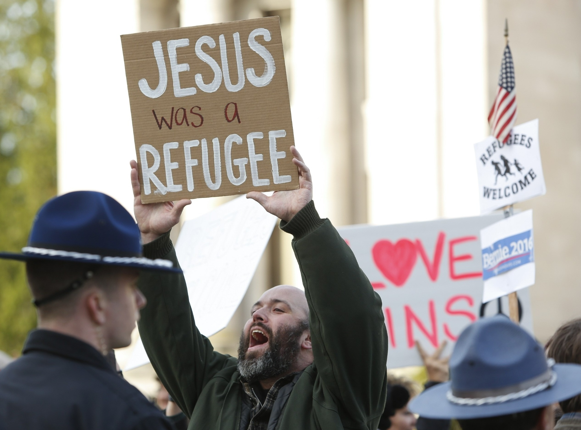 20.nov.2015 - Manifestante a favor de que os Estados Unidos recebam os refugiados sírios segura cartaz que diz, em inglês,