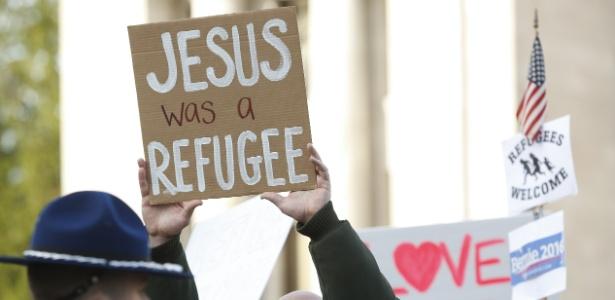 'Jesus era refugiado', diz cartaz em ato a favor de refugiados sírios nos EUA