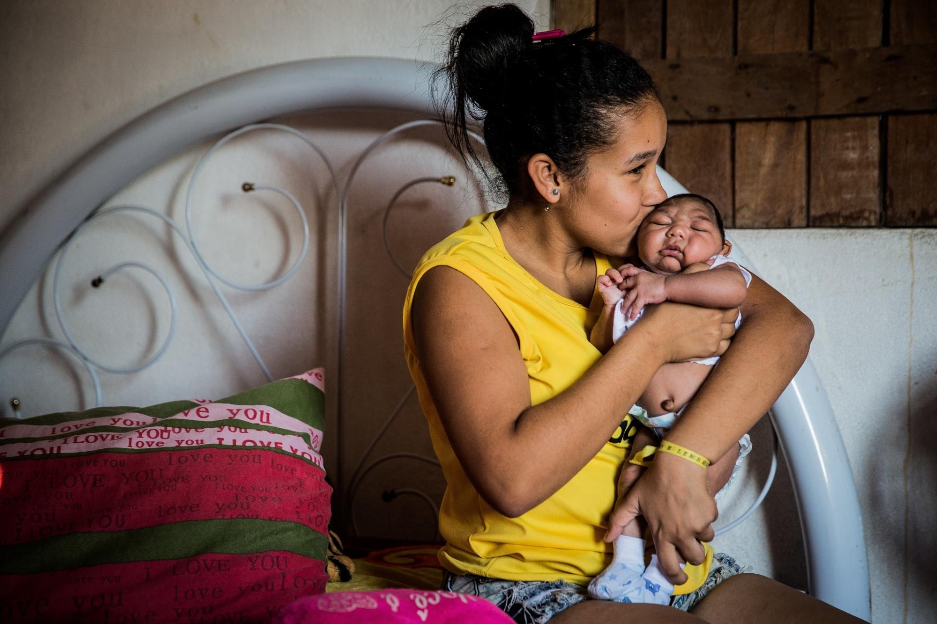 14.nov.2015 - A dona de casa Aline, 15, com seu filho Guilherme de um mês, que nasceu com microcefalia na cidade de Vertentes (PE). Pernambuco é o Estado com mais casos de microcefalia do país