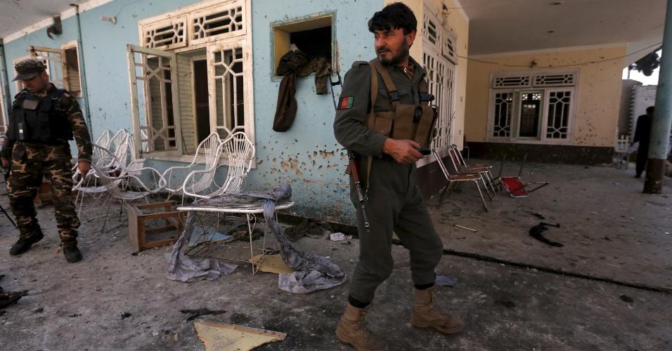 17.jan.2016 - Forças de segurança afegãs inspecionam a casa de hóspedes onde pelo menos 11 pessoas morreram e 13 ficaram feridas após o atentado de um homem-bomba na cidade de Jalalabad