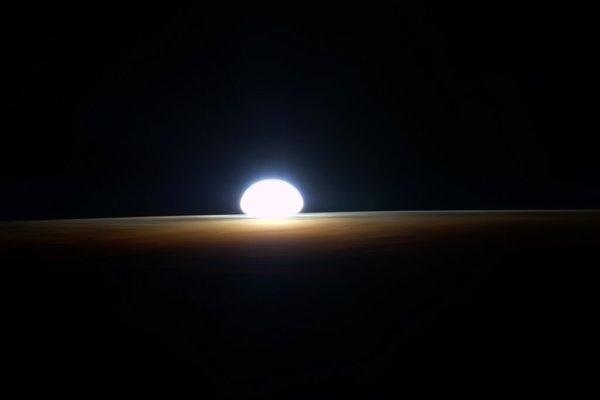 """1º.mar.2016 - O sol nasce na Terra visto da ISS (Estação Espacial Internacional). O registro foi feito pelo astronauta da Nasa Scott Kelly nas suas últimas horas a bordo da ISS (Estação Espacial Internacional). Nas suas redes sociais, Kelly postou uma sequência de cinco fotos mostrando o nascer do sol no nosso planeta, visto do espaço. Na postagem da primeira imagem, Kelly escreveu """"Cresça e brilhe! Meu último amanhecer do espaço, depois disso eu tenho que ir"""""""