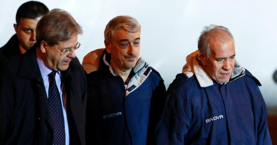 6.mar.2016- Os italianos Gino Pollicardo (ao centro) e Filippo Calcagno (à direita), sequestrados em julho de 2015 na Líbia, são recebidos pelo ministro das Relações Exteriores da Itália, Paolo Gentiloni (à esquerda), no aeroporto de Ciampino, em Roma. Os dois italianos foram libertados na sexta-feira (4), após um ataque a esconderijos do grupo Estado Islâmico (EI) em uma cidade perto da capital libanesa
