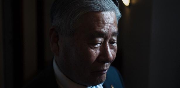 Han Tak Lee, que passou 24 anos na prisão pela morte de sua filha até ser inocentado em 2014, em seu pequeno apartamento em Nova York