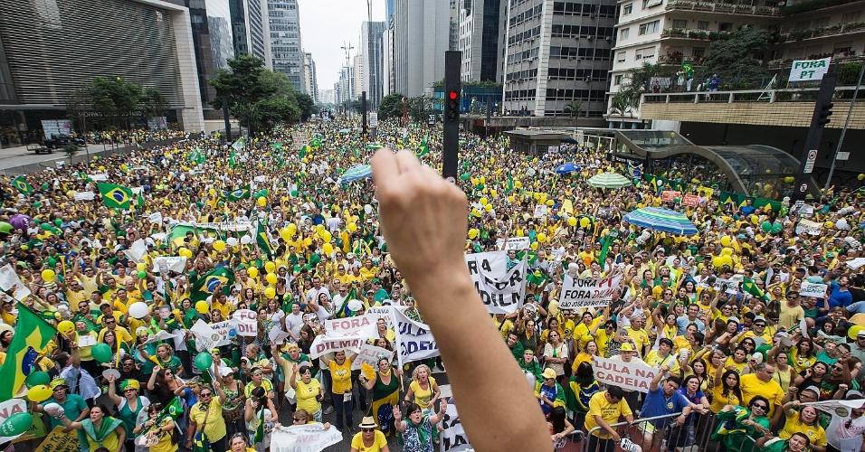 13.mar.2016 - Manifestantes fazem ato contra o governo Dilma Rousseff na avenida Paulista, região central de São Paulo. Protestos contra Dilma acontecem em vários Estados e pedem o impeachment da presidente e a prisão do ex-presidente Luiz Inácio Lula da Silva, investigado pela Operação Lava Jato