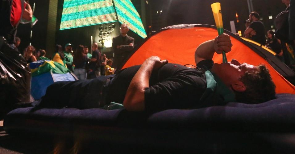 18.mar.2016 - Manifestantes contra o governo e pró-impeachment levam colchões infláveis e barracas e dormem na avenida Paulista na madrugada desta sexta-feira (18)