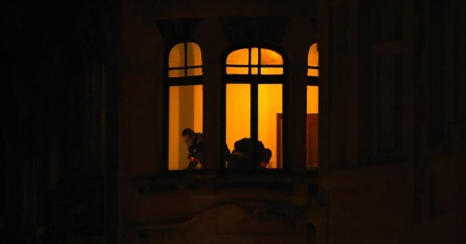 22.mar.2016 - Policiais fazem buscas em um prédio no bairro de Schaerbeek, em Bruxelas, na Bélgica, na busca do responsável pelos ataques à bomba que mataram mais de 30 pessoas nesta terça-feira em Bruxelas. Segundo fontes locais, as autoridades encontraram uma bandeira do grupo Estado Islâmico e artefatos explosivos no apartamento
