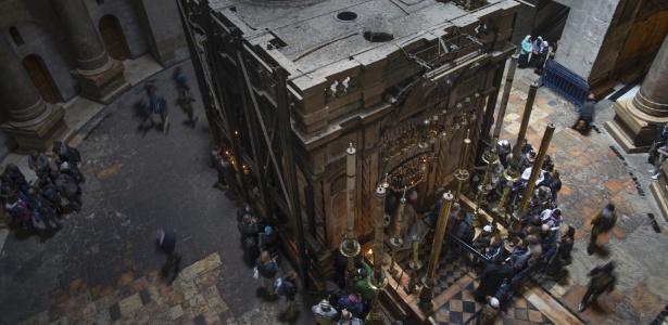 Peregrinos esperam para entrar no local onde a maioria dos cristãos acredita que Jesus foi colocado após ser crucificado, na Cidade Velha de Jerusalém
