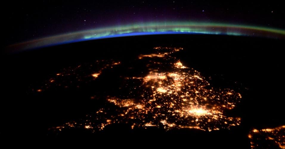 8.abr.2016 - O astronauta britânico Tim Peake, que está morando na ISS (Estação Espacial Internacional), fotografou a noite no Reino Unido. Peake está participando de mais de 30 experimentos científicos no espaço pela ESA (Agência Espacial Europeia)