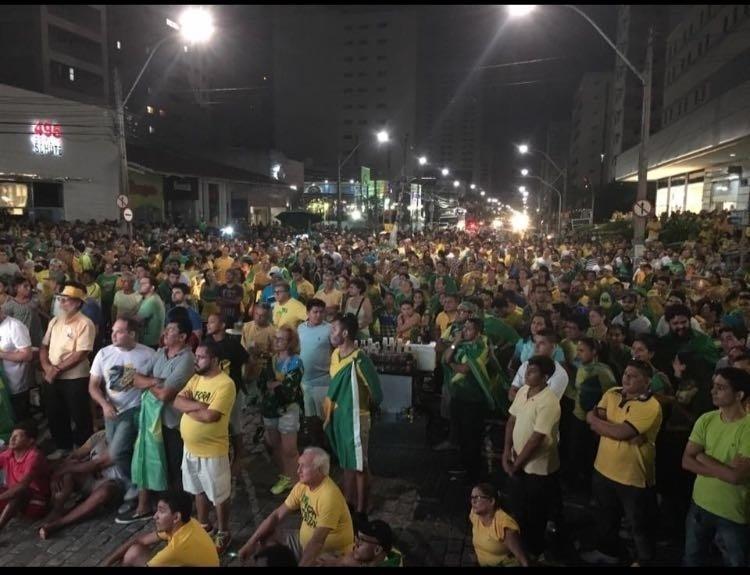 17.abr.2016 - Manifestantes a favor do impeachment da presidente Dilma Rousseff, na praça Portugal, em Fortaleza (CE), acompanham a votação dos deputados na Câmara. A imagem foi enviada pela internauta Veronica Macedo Picanço para o WhatsApp do UOL (11) 95520-5752