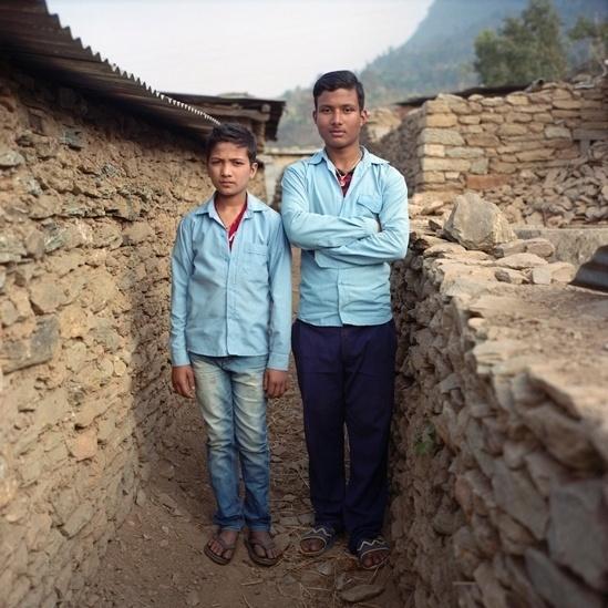 25.abr.2016 - Rakesh Lamicchane, de 17 anos, fez parte de um grupo de treinamento para emergências e reagiu rapidamente quando o segundo terremoto ocorreu, em 12 de maio. O grupo de Rakesh levou apenas 40 minutos para limpar os escombros e resgatou Ranjit Bishokarma, de 11 anos (à esquerda na foto) que estava sob os destroços