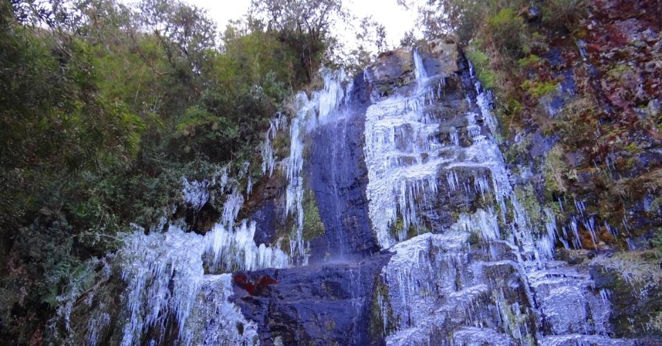 10.jun.2016 - Os termômetros da cidade de Urupema, na serra catarinense, chegaram a marcar -6°C. Turistas e moradores aproveitaram para fotografar o gelo que se formou