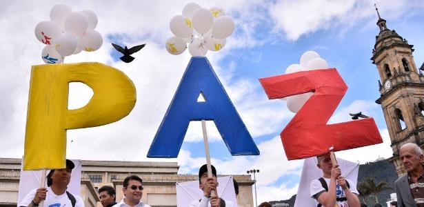 Manifestantes se concentram na praça Bolívar, em Bogotá, para celebrar o acordo de paz com as Farc - Guillermo Legaria/AFP