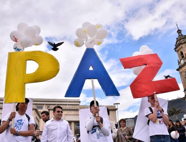 Manifestantes se concentram na praça Bolívar, em Bogotá, para celebrar o acordo de paz com as Farc