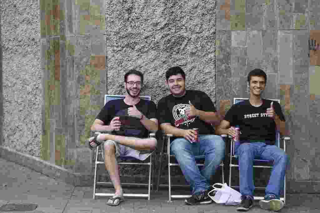 5.nov.2016 - Três amigos trouxeram cadeiras e se posicionaram na porta da PUC-MG, em Belo Horizonte, no momento em que os portões do Enem eram fechados - Hugo Cordeiro/UOL