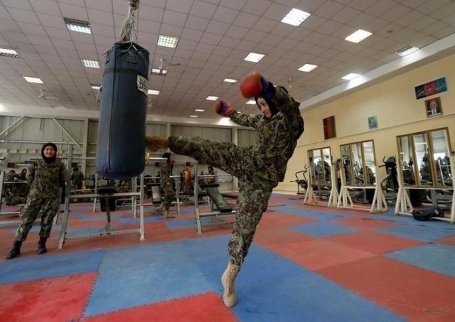 10.nov.2016 - Fatima Rezai, 21, funcionária do Exército Nacional do Afeganistão, pratica com um saco de areia durante uma sessão de exercícios