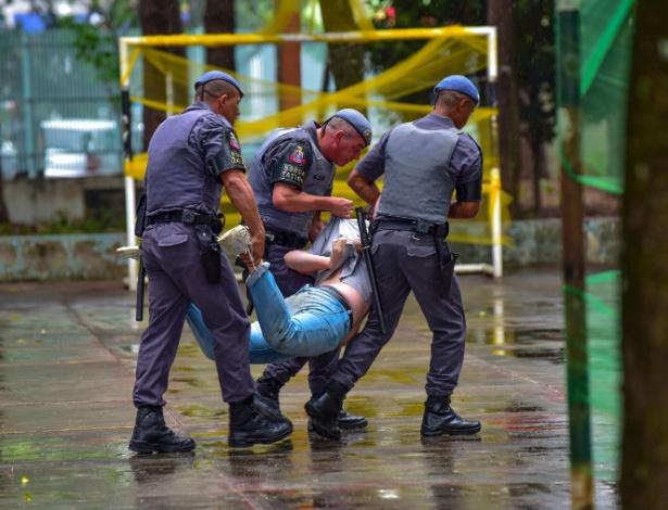 Estudantes são retirados de escola ocupada em São José dos Campos