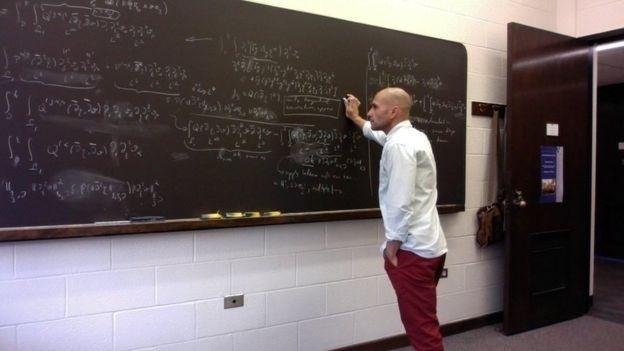 Disconzi se dedica às equações diferenciais parciais por meio de diferentes taxas de variação física