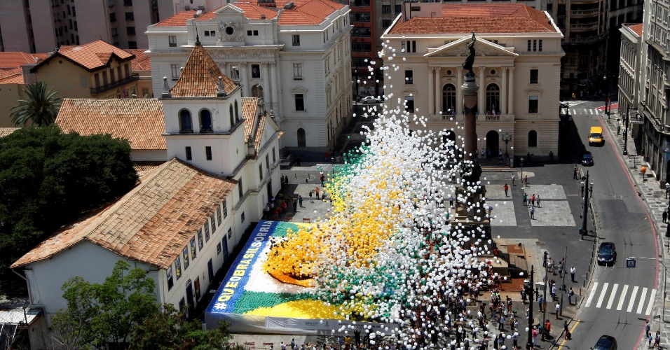 30.dez.2016 - A Associação Comercial de São Paulo soltou 50 mil balões biodegradáveis no centro da cidade para celebrar a virada do ano