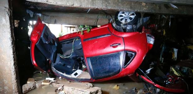 Carro foi arrastado pela enxurrada para dentro de córrego