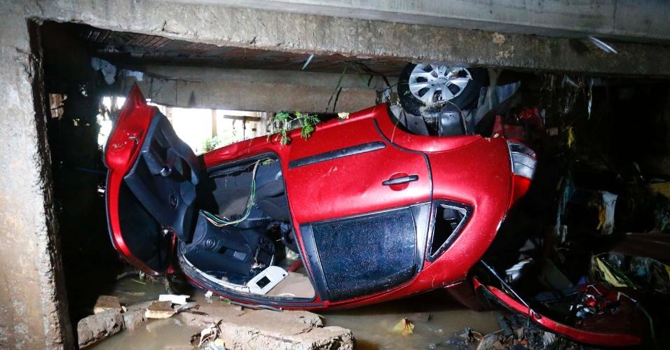 16.jan.2017 - Uma mulher morreu afogada na noite deste domingo (15) após ter o veículo arrastado pela enchente e tragado pelo Córrego Taboão, em Guarulhos, na Grande São Paulo