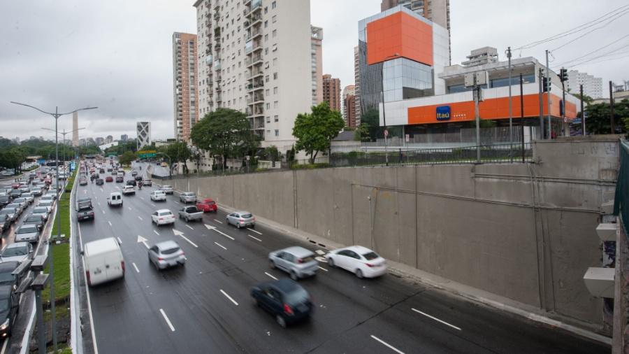 """Paredes da avenida 23 de Maio foram pintadas devido ao programa """"Cidade Linda"""" - Alexandre Moreira/Folhapress"""