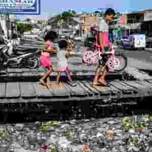 3.fev.2017 - Esgoto depositado sem tratamento no bairro da Levada, Maceió. Dez anos após sancionada a Lei do Saneamento Básico, uma em cada três casas do país ainda não têm esgoto ligado a rede - Beto Macário/UOL