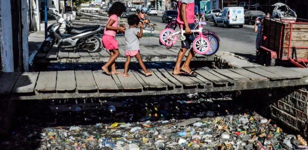 Esgoto depositado sem tratamento no bairro da Levada, Maceió
