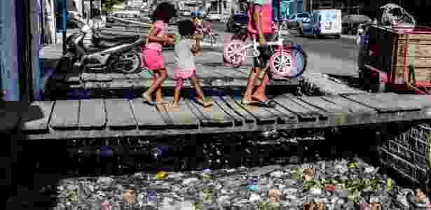 Esgoto depositado sem tratamento no bairro da Levada, Maceió - Beto Macário/UOL