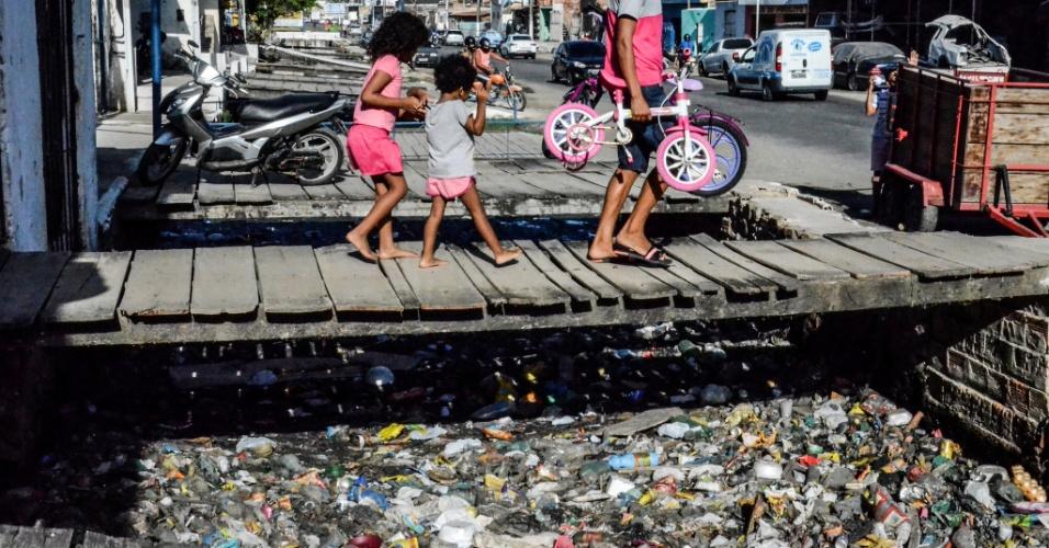 3.fev.2017 - Esgoto depositado sem tratamento no bairro da Levada, Maceió. Dez anos após sancionada a Lei do Saneamento Básico, uma em cada três casas do país ainda não têm esgoto ligado a rede