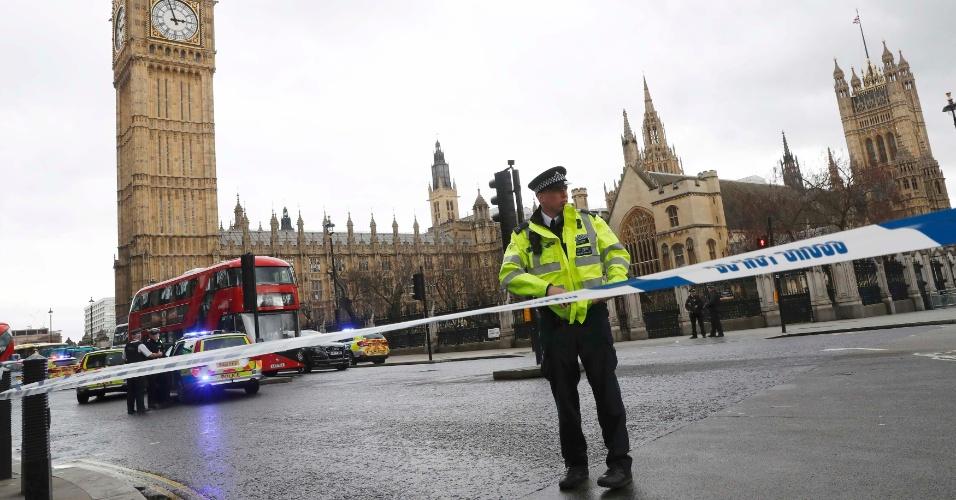 22.mar.2017 - Policiais isolam área ao redor do Parlamento britânico após tiroteio no local