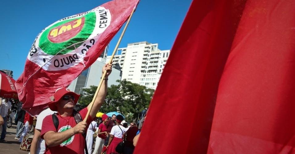 4.jun.2017 - Manifestantes carregam bandeiras de movimentos sociais e sindicatos durante ato no Largo da Batata, na Zona Oeste da capital paulista, neste domingo