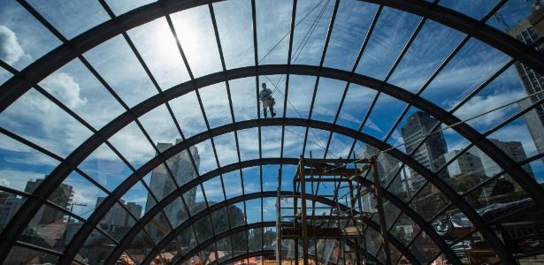 Operários trabalham na construção da estação Borba Gato, da Linha 5-Lilás