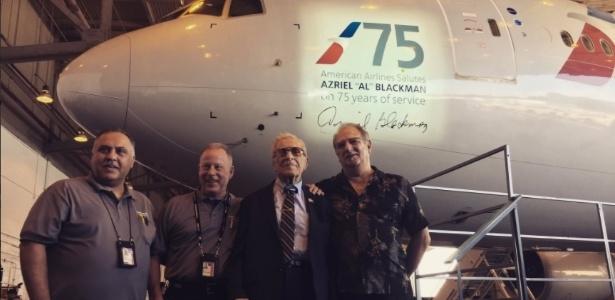 Azriel Blackman (de gravata) trabalha há 75 anos na mesma empresa e foi homenageado com o seu nome na lateral de um avião