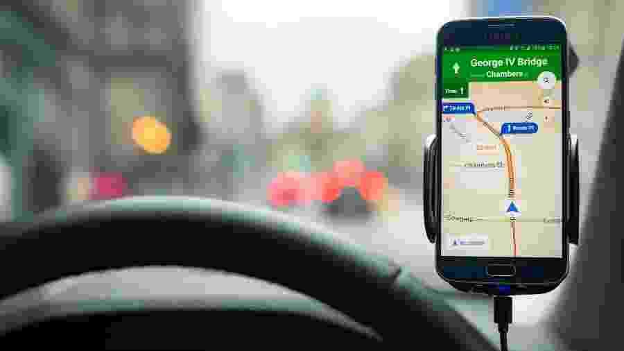 Smartphone Samsung Galaxy S6 com o app Google Maps aberto para navegação - iStock