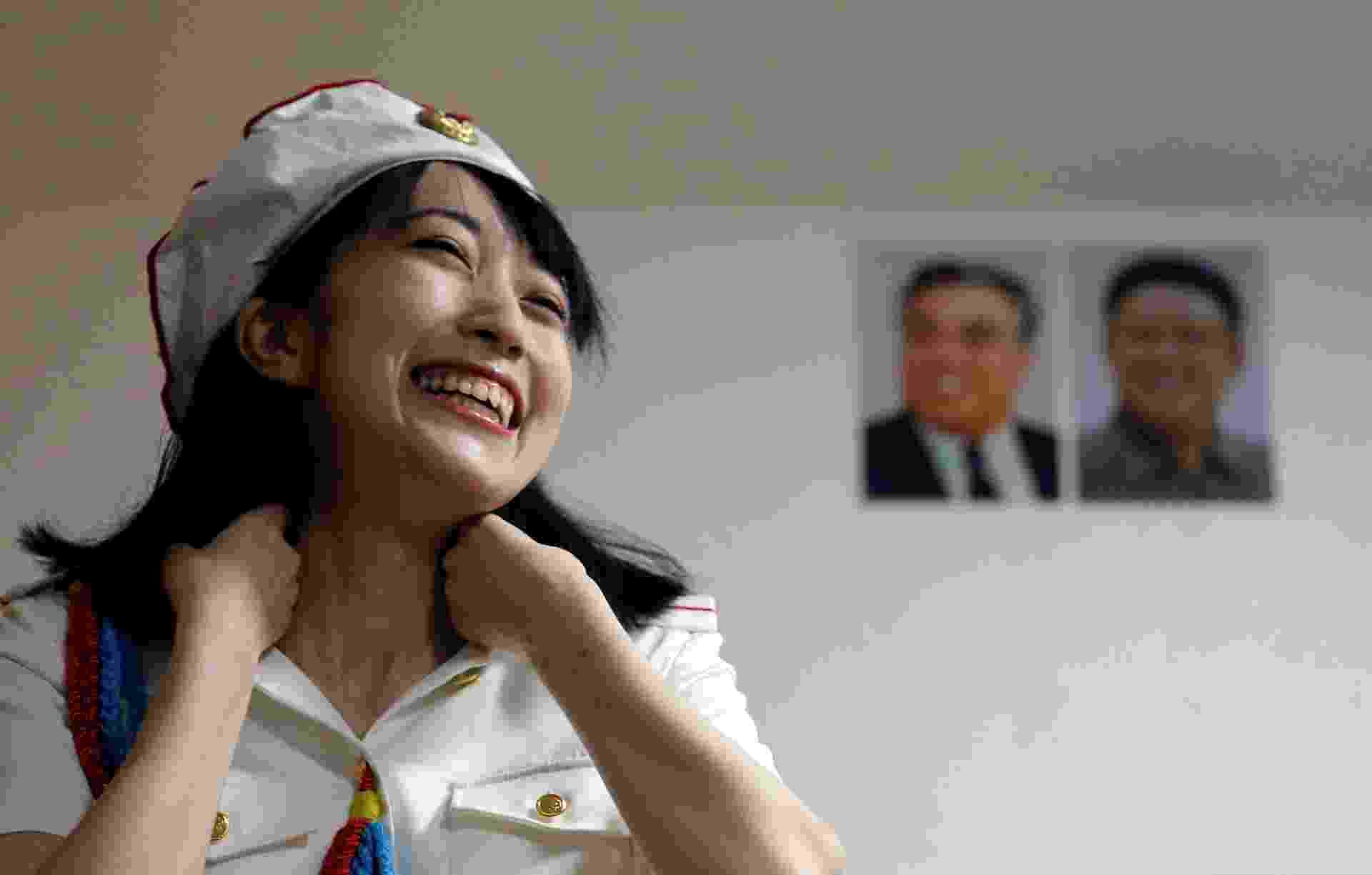 22.out.2017 - Chunhun diante dos retratos de Kim Il-sung, fundador da Coreia do Norte, e Kim Jong-il, em Tóquio - Toru Hanai/ Reuters