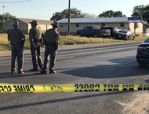 Polícia isola área ao redor da Primeira Igreja Batista em Sutherland Springs, no Texas, onde um homem abriu fogo contra os fiéis