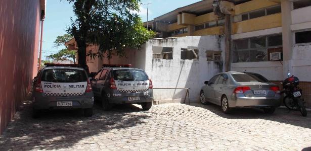 Carros de polícia parados em estacionamento da polícia em Natal