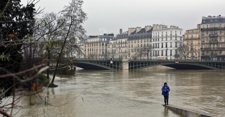 27.jan.2018 - Parte da mureta que cerca o rio Sena, em Paris, foi tomada pela água. Com as chuvas intensas dos últimos dias, a cidade sofre risco de inundação
