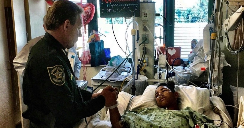 Escudo humano pelos colegas   Jovem que levou 5 tiros para ajudar fuga de tiroteio vira herói nos EUA