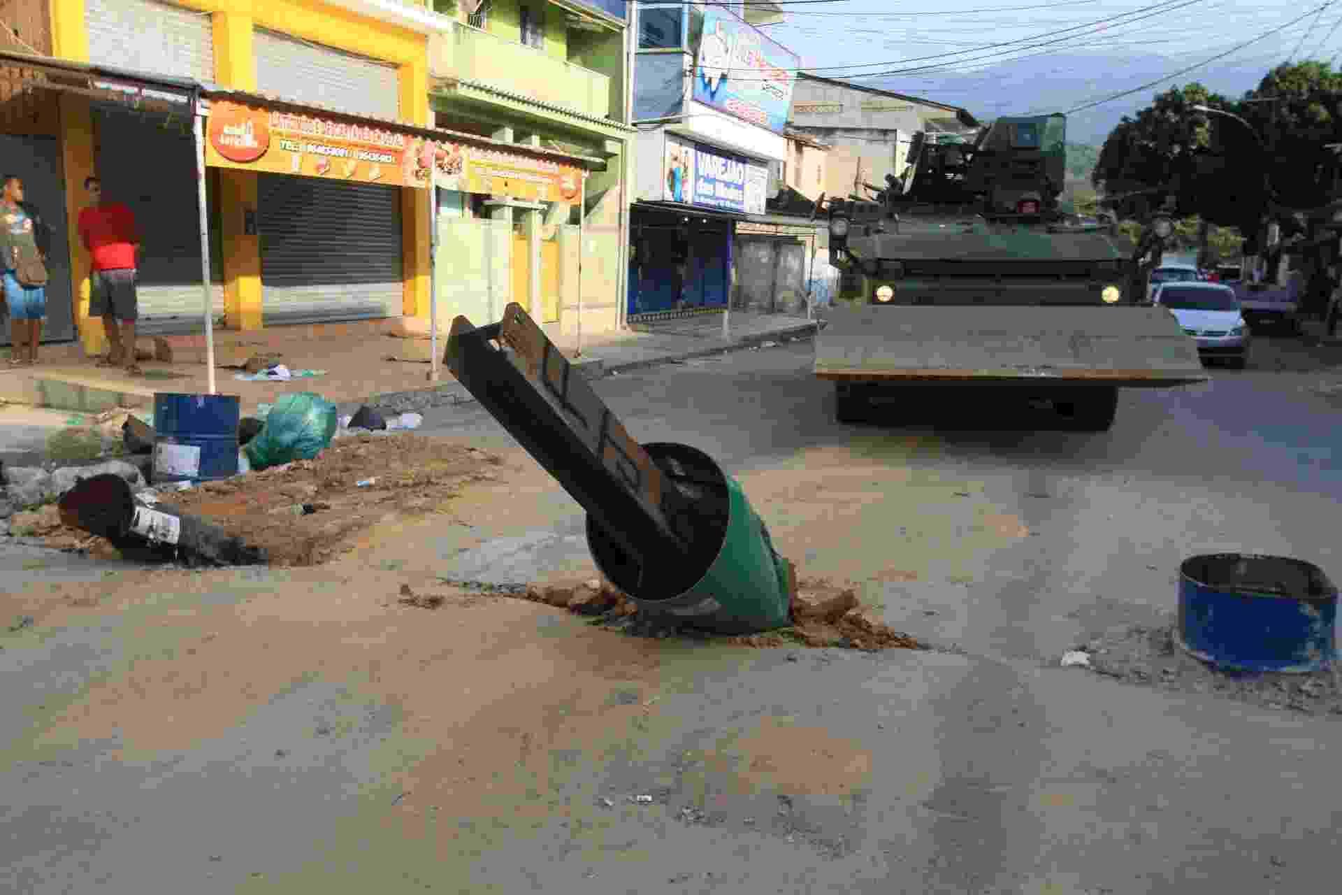 7.mar.2018 - Cerca de 900 militares fazem operação na Vila Kennedy, zona oeste do Rio, para desobstruir vias que estavam interditadas por barricadas erguidas pelo crime organizado - Jose Lucena/Futura Press/Estadão Conteúdo