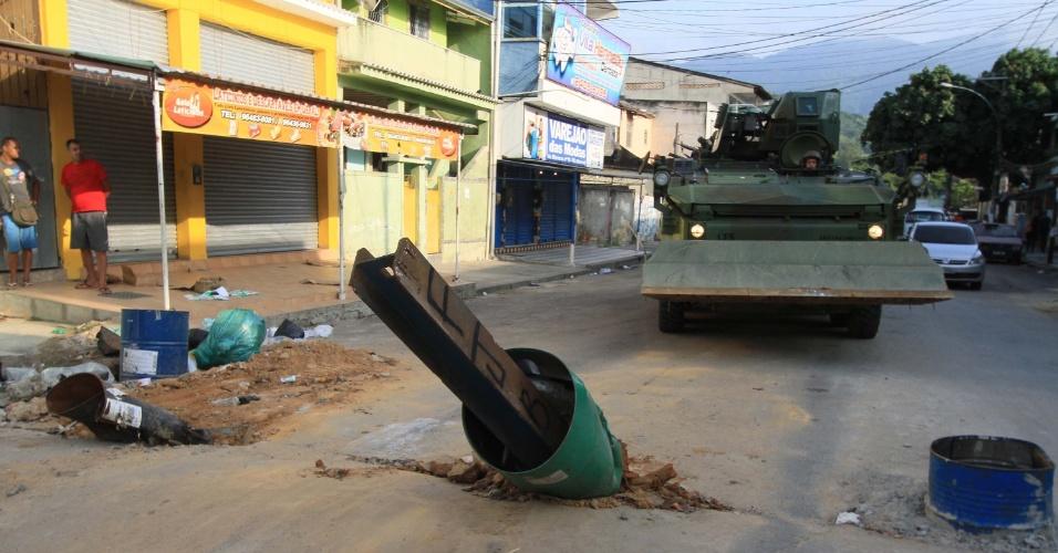 7.mar.2018 - Cerca de 900 militares fazem operação na Vila Kennedy, zona oeste do Rio, para desobstruir vias que estavam interditadas por barricadas erguidas pelo crime organizado