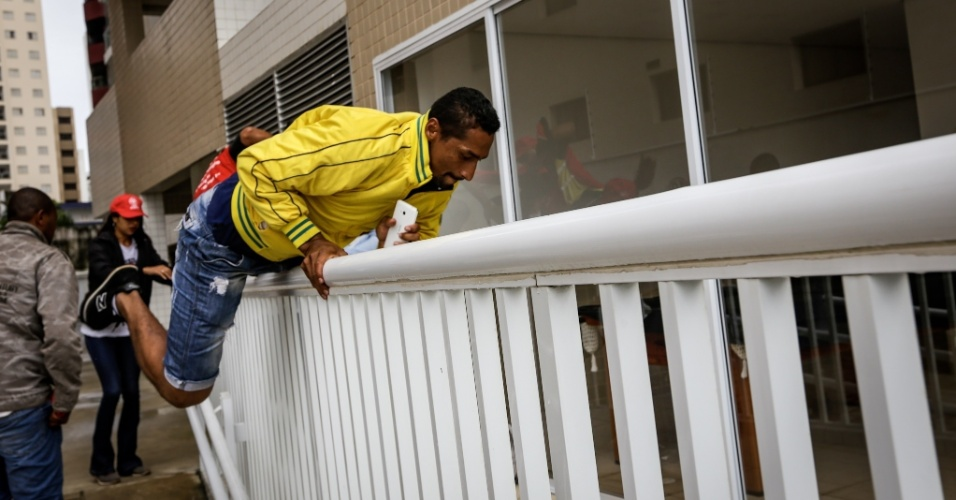 16.abr.2018 - A ação teve início por volta das 8h. O apartamento avaliado em R$ 2,2 milhões será leiloado em 15 de maio. Ele é atribuído ao ex-presidente Lula