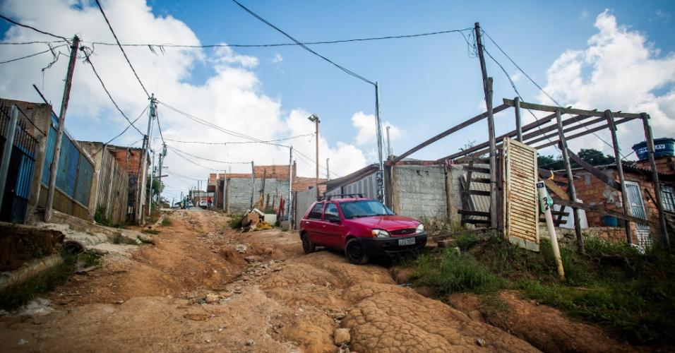 14.abr.2018 - Ladeira esburacada na ocupação Pinheirinho 2, no Iguatemi, extremo leste de São Paulo